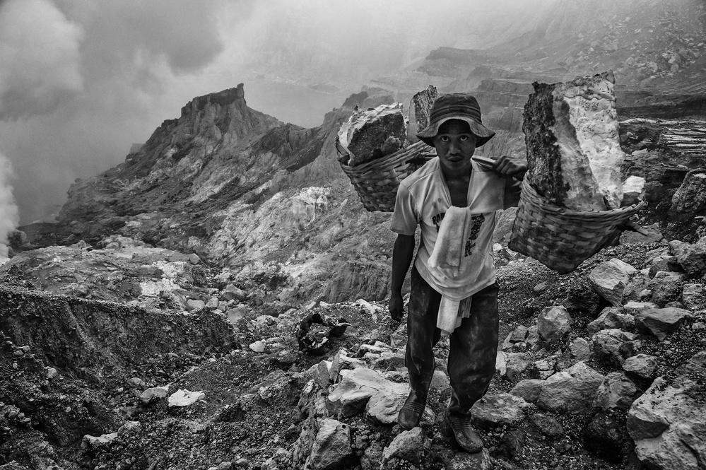 Poster Sulfur worker in volcano Kawah Ijen (Indonesia)
