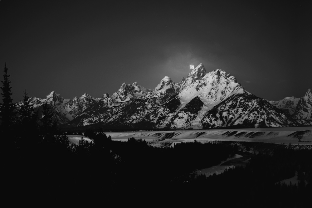 Poster Full Moon Sets in the Teton Mountain Range