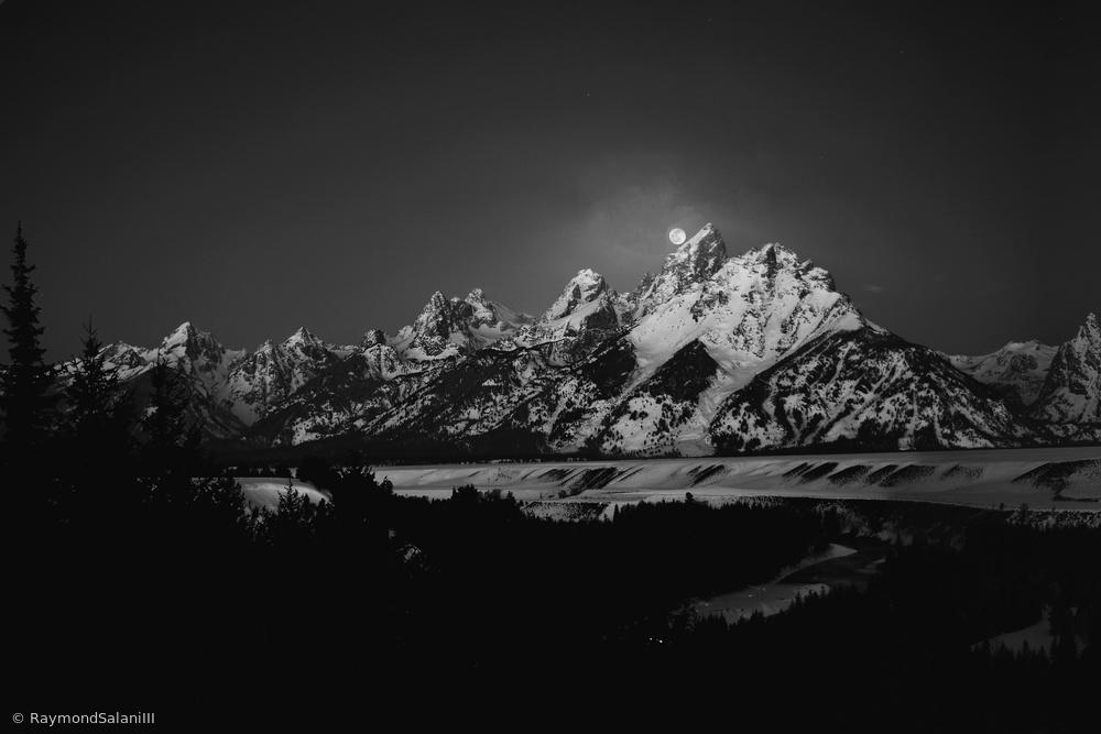 Fotokonst Full Moon Sets in the Teton Mountain Range