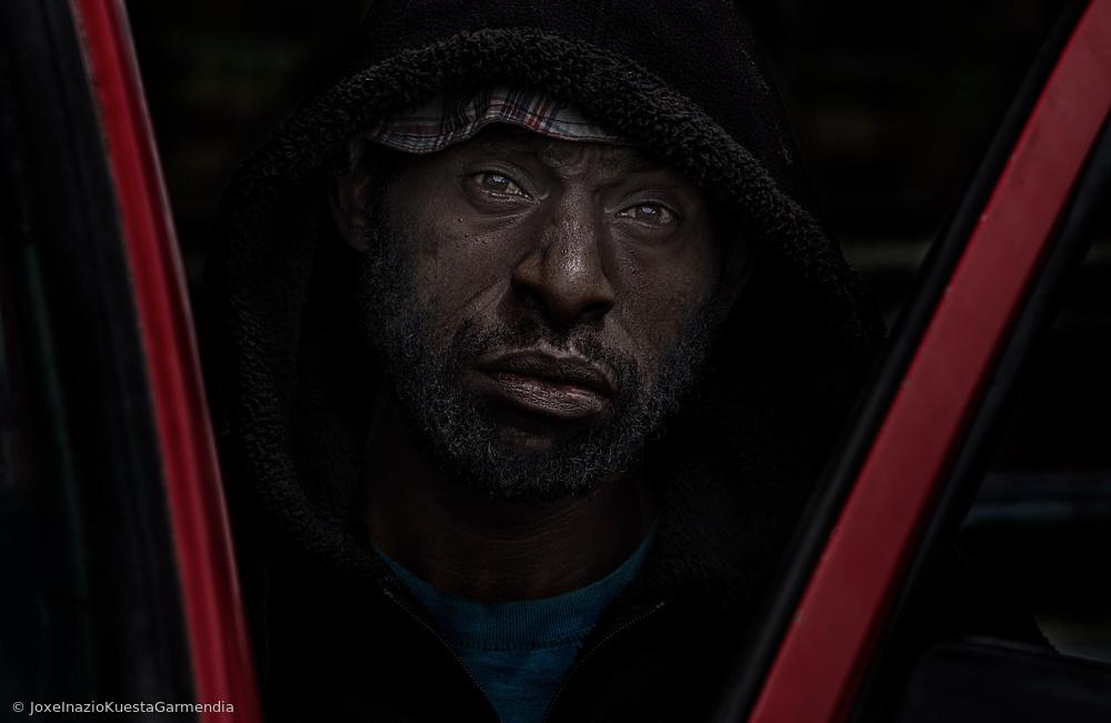 Fotokonst A man getting on his car - Mt Hagen Papua New Guinea