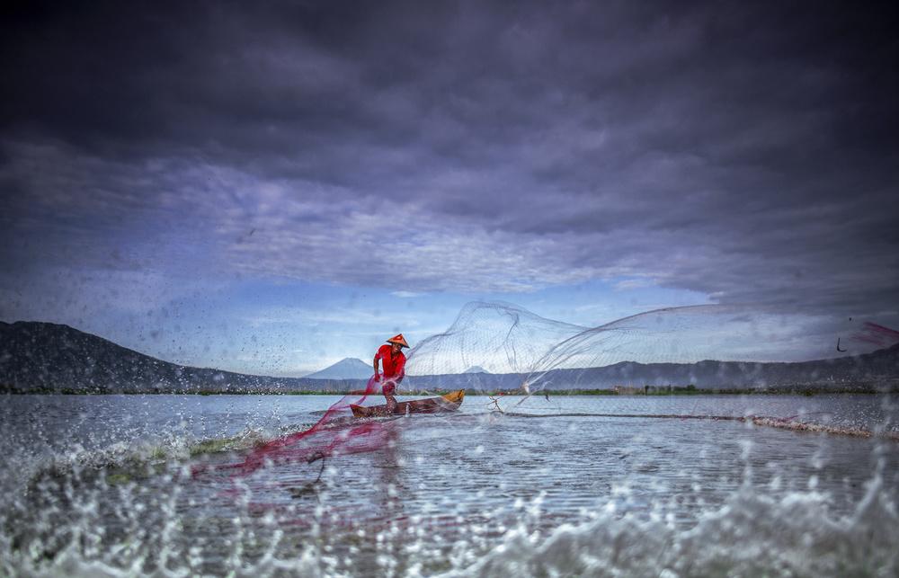Fotokonst A Fisherman in Action