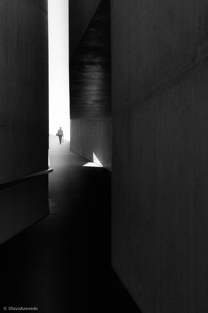 Fotokonst WALKING TO THE LIGHT