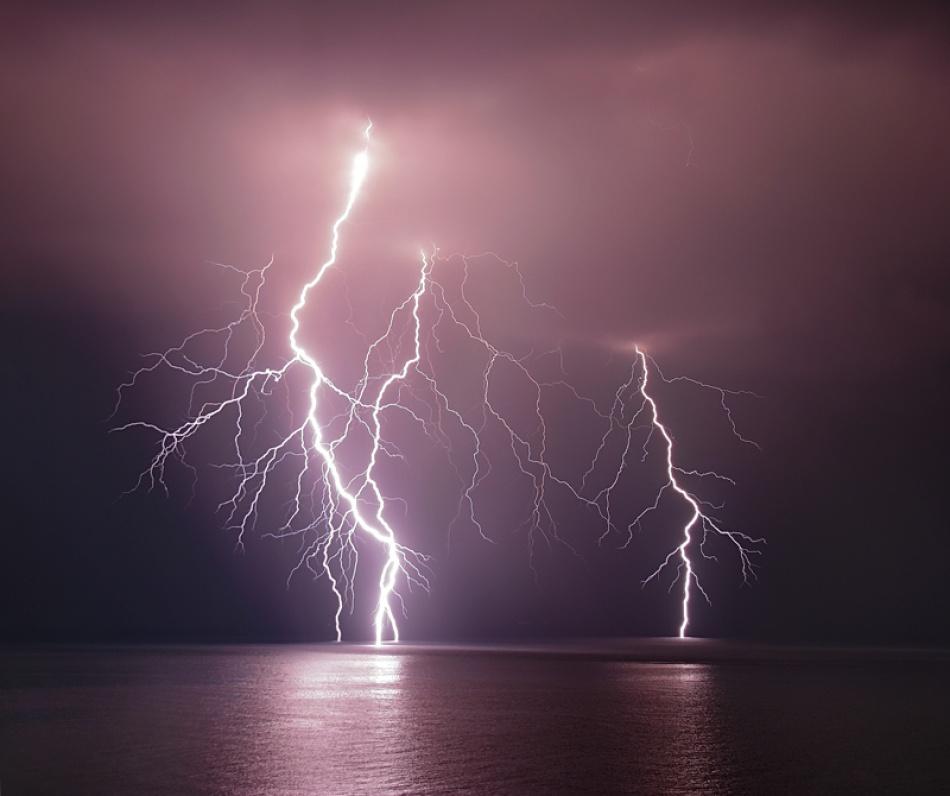 Fotokonst Thunderbolt over the sea