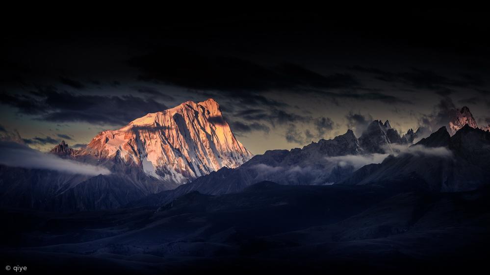 Fotokonst Devildom The snow capped mountains 《呷玛日巴》