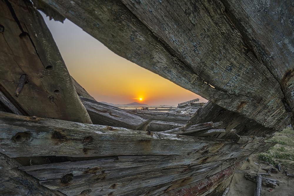 Fotokonst sunrise among ruins of ship
