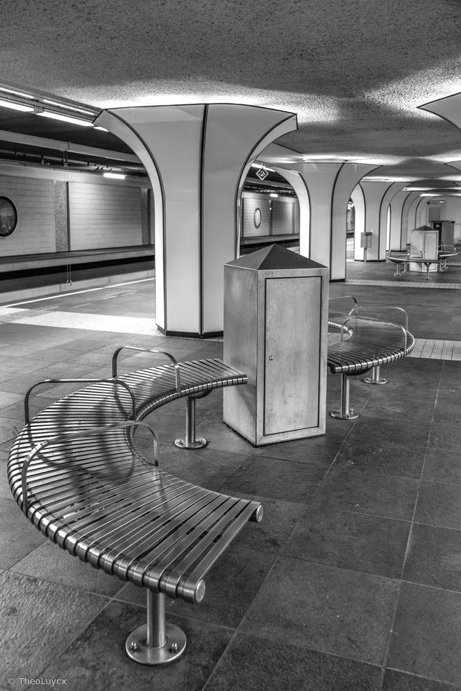 Fotokonst Metro station with bench