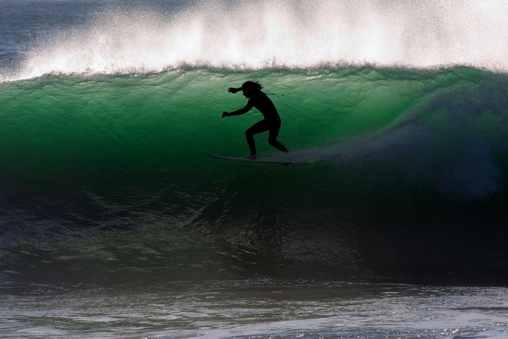 Surfing on freaky waves