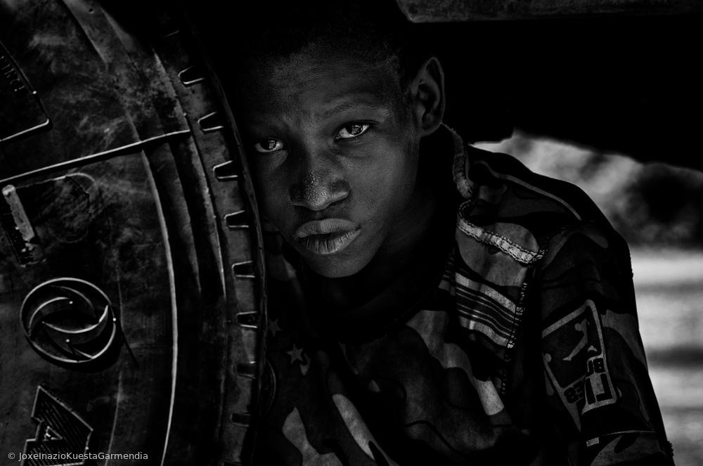 Fotokonst Hiding under a truck - Niger