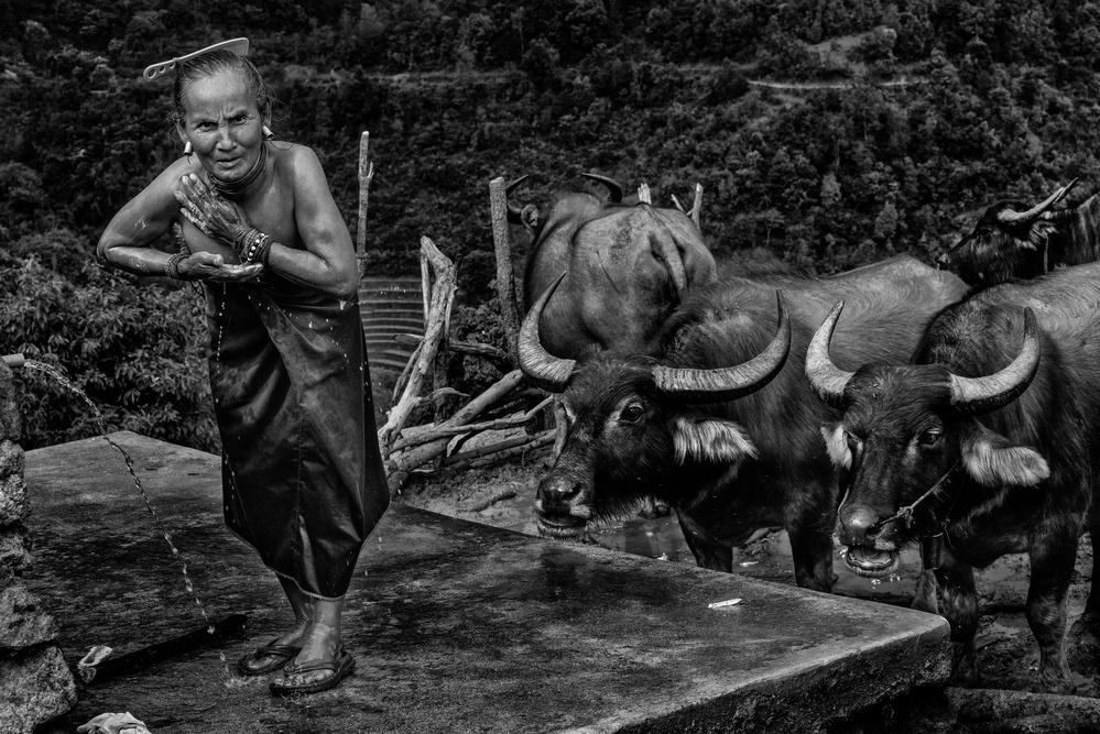Poster Lahu shi tribe woman having a shower (Myanmar)