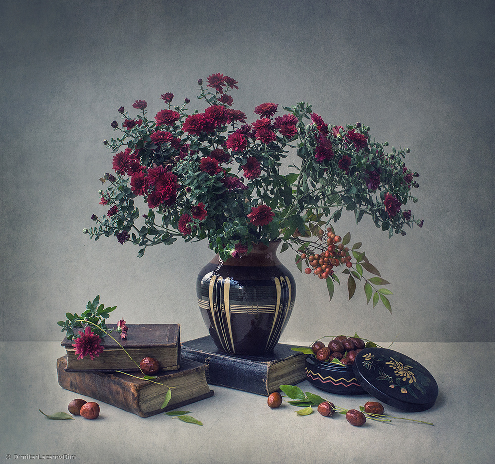 Fotokonst  Chrysanthemums, old books and chinese date